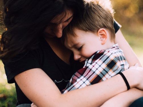 madre e hijo abrazo